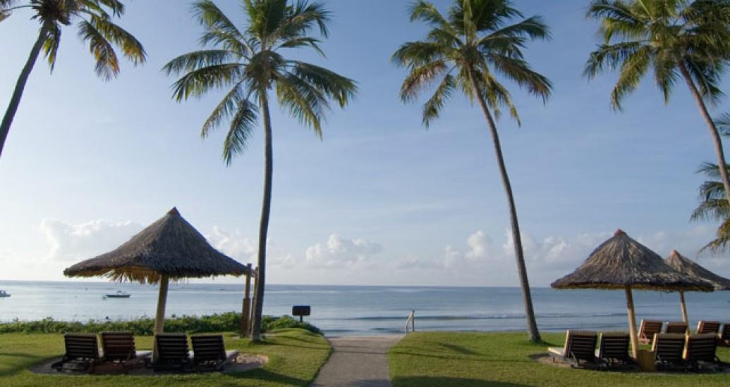 Praia e conforto para os convidados. Casamento em resort.