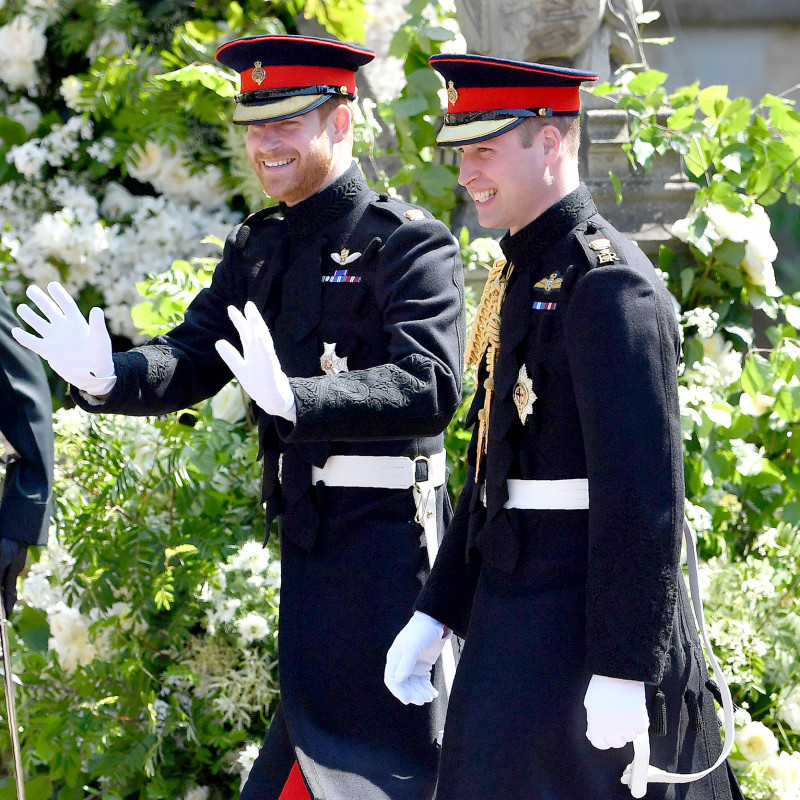 casamento-principe-harry-megan-markle--principe-harry-principe-william-chegada-uniforme-militar-blues-and-royals-19-05-2018